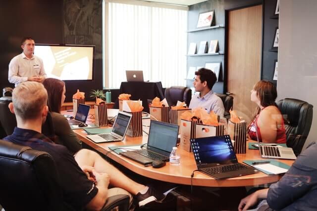 Reunión-Empresa-Equipo-de-Recursos-Humano-tuSpeaking