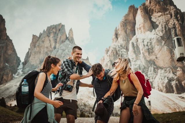Jóvenes disfrutando de un viaje juntos