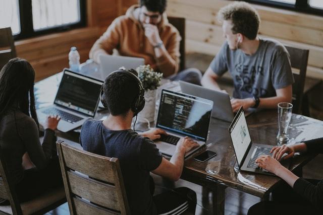 grupo de personas con sus ordenadores